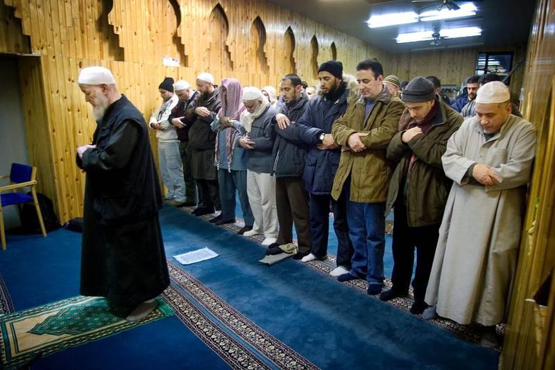 Bønn i Det islamske trossamfunnet i København. Mens 37 prosent av spurte muslimer oppga at de ber fem ganger om dagen i 2006, var andelen 50 prosent i 2015.