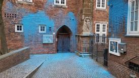Prest dømt for hatprat, kirke ble vandalisert