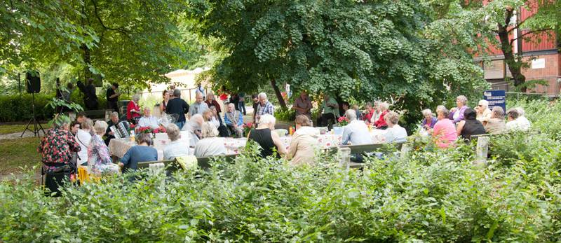 Frivillige ved den lokale frivilligheitssentralen som Eleni Maria Stene leiar, møtast til sommarfest. Stene trur Den norske kyrkja har noko å læra av andre frivillige organisasjonar.