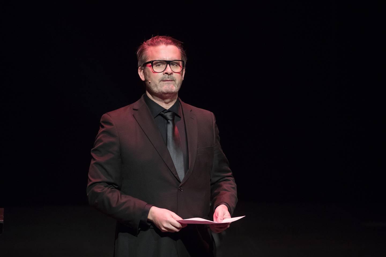Oslo  20171121. Thomas Seltzer er programleder under utdelingen av Brageprisen 2017 på Dansens Hus i Oslo tirsdag kveld.  Foto: Håkon Mosvold Larsen / NTB