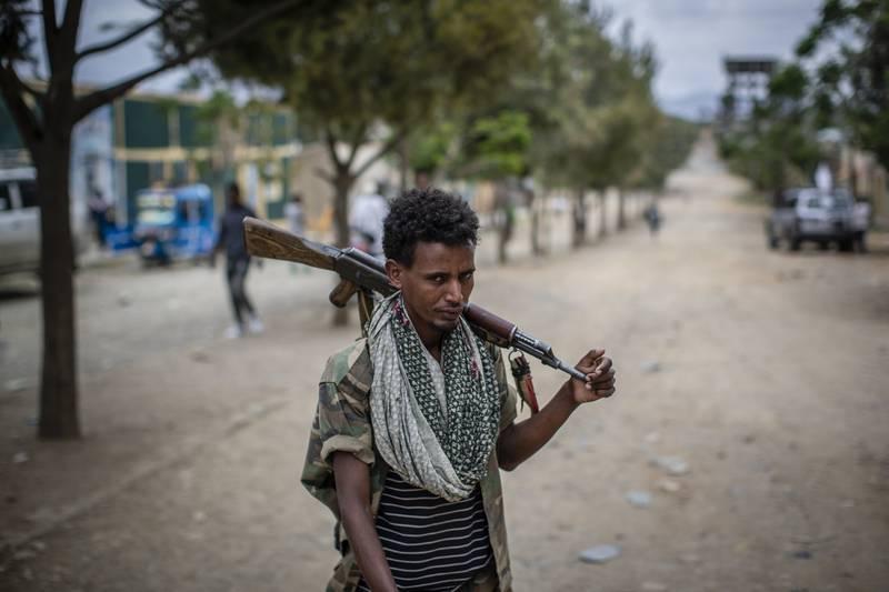 Krig, sult og etnisk og politisk uro preger Etiopia, men mandag holder landet likevel valg på ny nasjonalforsamling. Millioner av etiopiere får ikke stemme, andre boikotter valget, og internasjonale observatører holder seg unna. Innbyggerne i den krigsherjede Tigray-regionen (bildet) får ikke delta i valget. Foto: AP / NTB