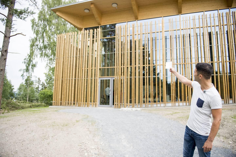 AUF- leder Mani Hussaini står foran det nye læringssenteret på Utøya, Hegnhuset, tirsdag formiddag. Bygget, som er tegnet av arkitekt Erlend Blakstad Haffner, hegner om deler av det gamle kafébygget på Utøya hvor 13 personer ble drept under terrorangrepet 22. juli 2011. Taket på bygningen bæres av 69 søyler som symboliserer de totalt 69 som ble drept på Utøya.