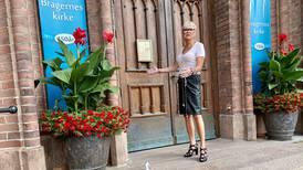 Tente på prideflagg på kirketrappa: – Mer enn fylletull
