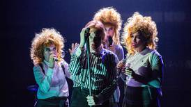 Bowie-teater virvler opp store spørsmål