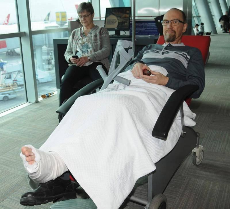 Jostein Meling på vei til Norge etter å ha blitt skadet i et terrorangrep 12. januar. I dag sier han at det ikke er en hendelse han ville vært foruten.