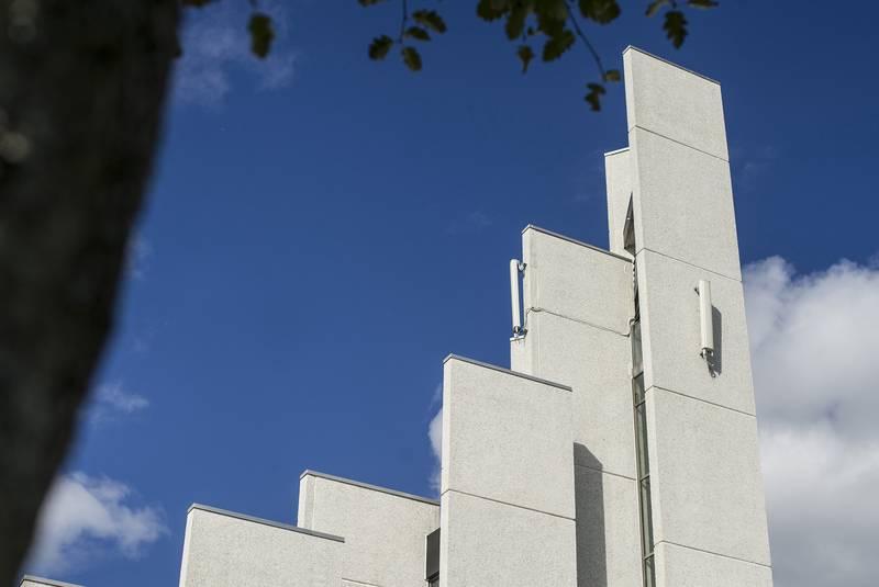 Noen er bekymret for strålingen fra dem, mens andre er opptatt av estetikken. Mobilantennene på kirketårnet til Gand kirke i Sandnes i Rogaland skal likevel få bli værende, har fellesrådet nylig vedtatt.