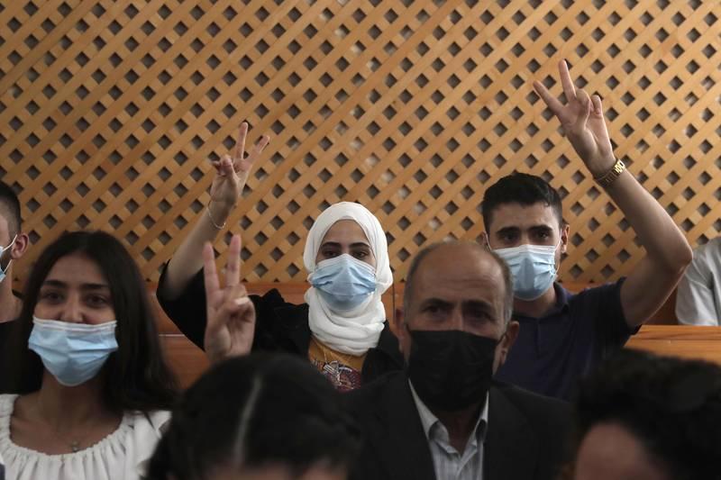 De palestinske tvillingene Muna og Mohamed al-Kurd gjorde seierstegn da israelsk høyesterett nok en gang utsatte beslutningen om utkastelse av palestinske familier fra Sheikh Jarrah i okkuperte Øst-Jerusalem. Foto: AP / NTB