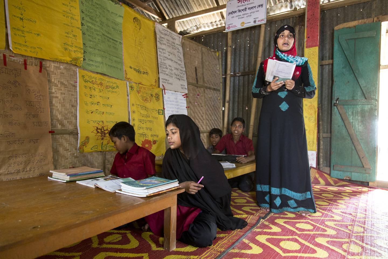 Undervisning på en liten skole i Shagor Dhigi, utenfor byen Durgarpu i Bangladesh.