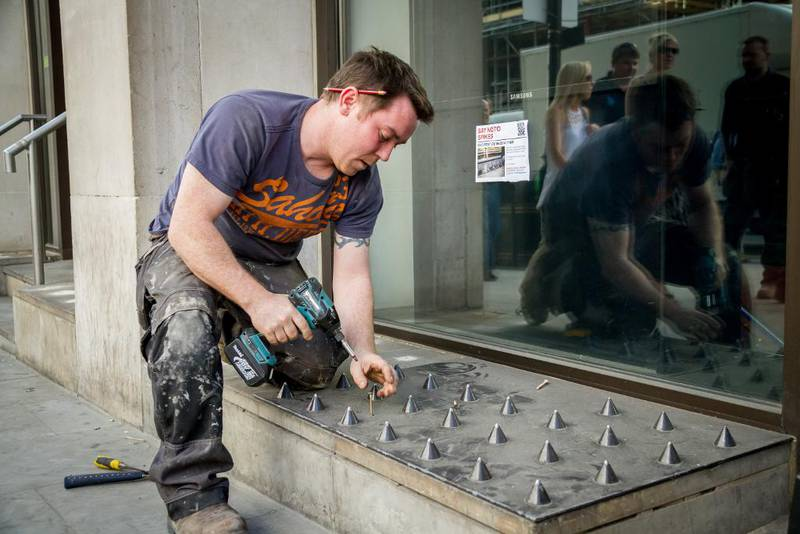 Disse piggene skulle hindre hjemløse fra å sove i en handlegate i London, men ble fjernet etter store protester.