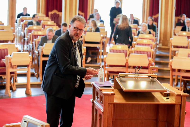 Oslo 20200324.  Høyres Svein Harberg renser hendene med Antibac før han går på talerstolen under debatten om koronaloven Covid-19 i Stortinget tirsdag. Foto: Vidar Ruud / NTB scanpix