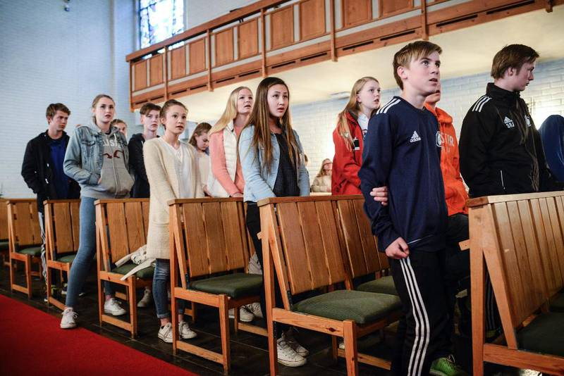 Årets konfirmantar i Oppsal syng med under kveldsgudstenesta sist søndag. Dei har ikkje hatt besøk av Reform i år, men kursleiarane har brukt opplegg frå Kirkens Nødhjelp i undervisninga.