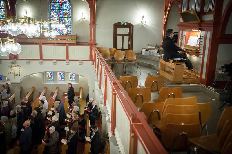 Teolog Ole Jakob Løland er en selverklært orgelallerigiker. Han mener kirkemusikken har fått en elitistisk, stiv og konserverende funksjon. Bildet viser en gudstjeneste der organisten akkompagnerer kirkegjengerne i salmesang.