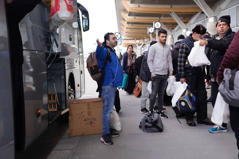 Valentin Enache (til venstre i blått) snakker rumensk og hjelper til med å informere og veilede rumenere som ønsker å ta flyet som Oslo kommune satte opp til Romania onsdag. Enache er sosialkonsulent i Kirkens Bymisjons Møtestedet.