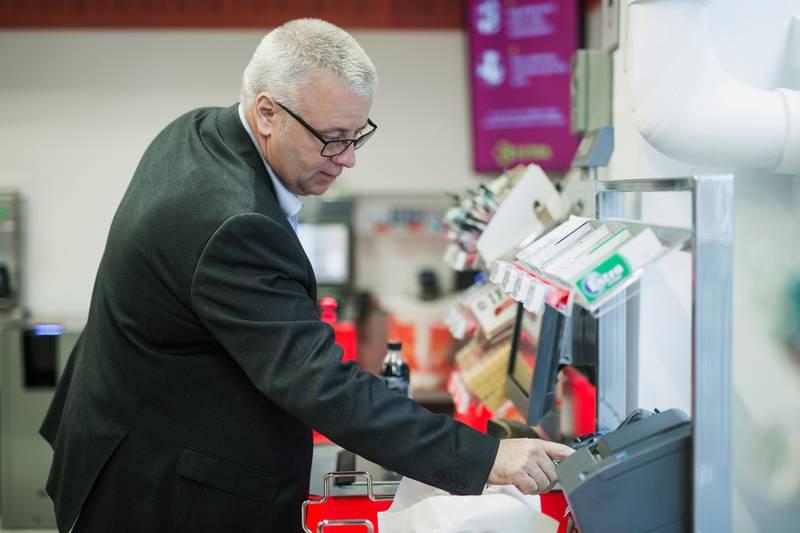 Bård Hoksrud (FrP) kjøper en Pepsi Max på en døgnåpen Coop Extra i Bogstadveien.