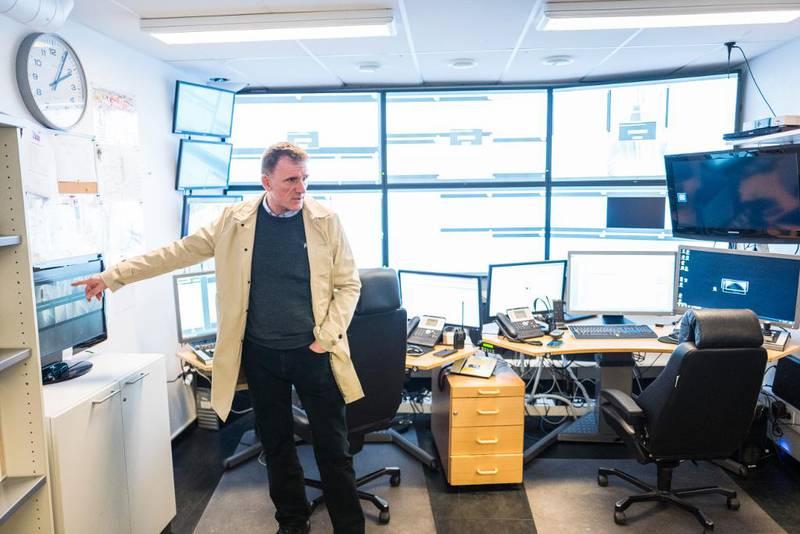 Knut Johansen, regiondirektør øst for ROM Eiendom, viser frem vaktsentralen på Oslo sentralstasjon. Her kontrolleres 300 aktive kameraer som viser alt av aktiviteter på stasjonen, inne og ute. – Kameraene på Oslo S gjør det tryggere, sier Johansen.