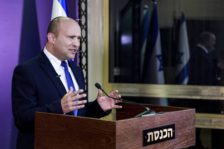 Naftali Bennett har bedt Benjamin Netanyahu roe ned sine støttespillere. Foto: Menahem Kahana / Pool via AP / NTB