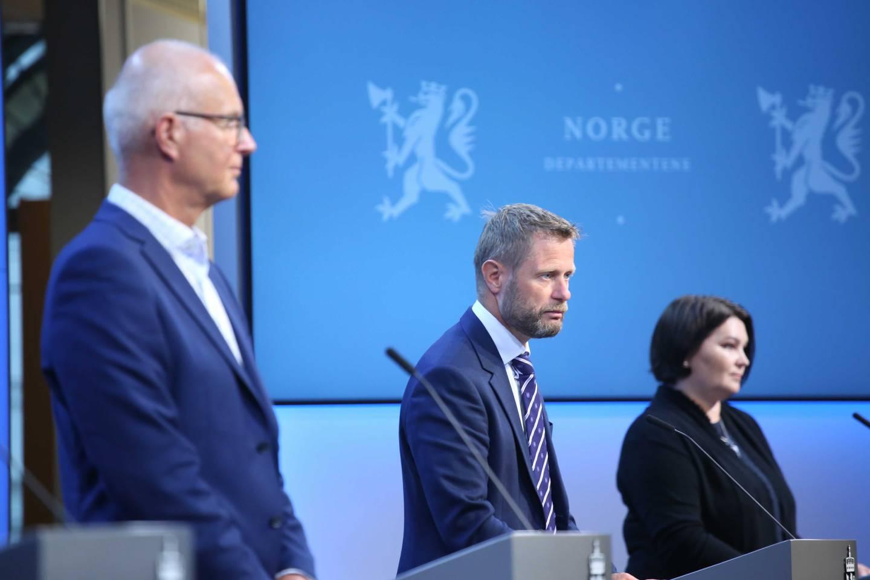 Helse- og omsorgsminister Bent Høie (i midten), helsedirektør Bjørn Guldvog og assisterende direktør i Folkehelseinstituttet, Gun Peggy Strømstad Knudsen, under pressekonferansen om koronasituasjonen onsdag.