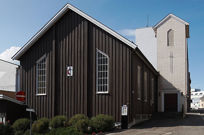 SELGES: Hamar metodistkirke kan bli solgt til eierselskapet bak lokalavisa Hamar Arbeiderblad som ligger i nabogården. Foto: Wikimedia Commons.
