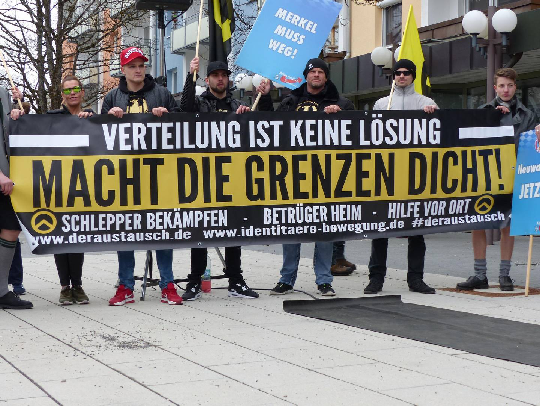 Den tyske identitærbevegelse demonstrerer i 2016. Det er stadig flere ytre høyre-grupper i Tyskland.  – De er små, men farlige, sier den tyske journalisten Martin Bernstein. Han følger miljøet tett i jobben som reporter i Süddeutsche Zeitung.
