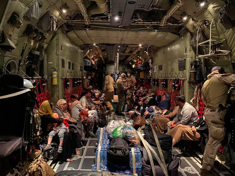 Sivile fra Afghanistan om bord i et av Forsvarets transportfly før takeoff fra Hamid Karzai International Airport i Kabul tirsdag 24. august. Foto: Forsvaret / NTB