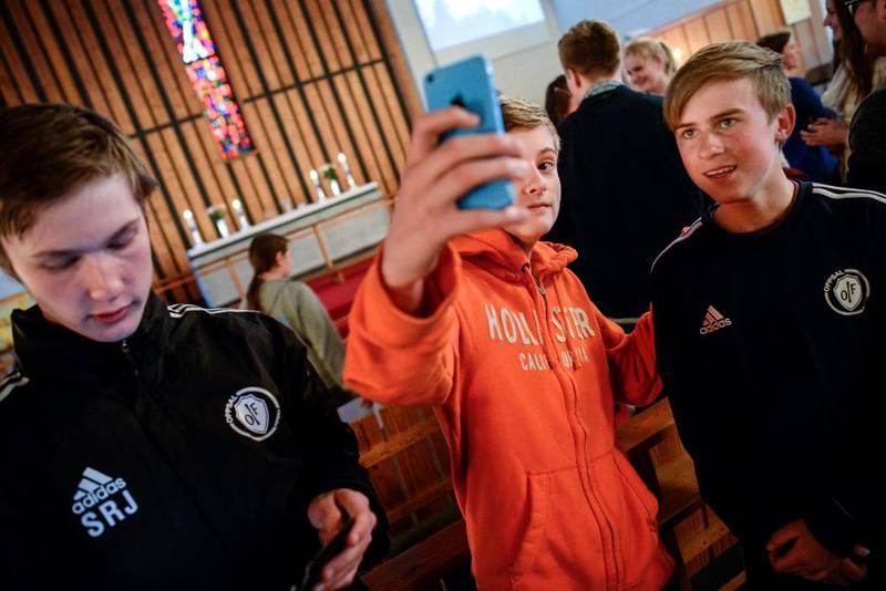 Konfirmantane har sjølve ansvar for å dokumentere oppmøtet på gudstenestene. Det blir sjølvsagt gjort med ein selfie. På biletet er Eirik Nagvik (t.h) og Jens Bergman (14) i oransje genser.