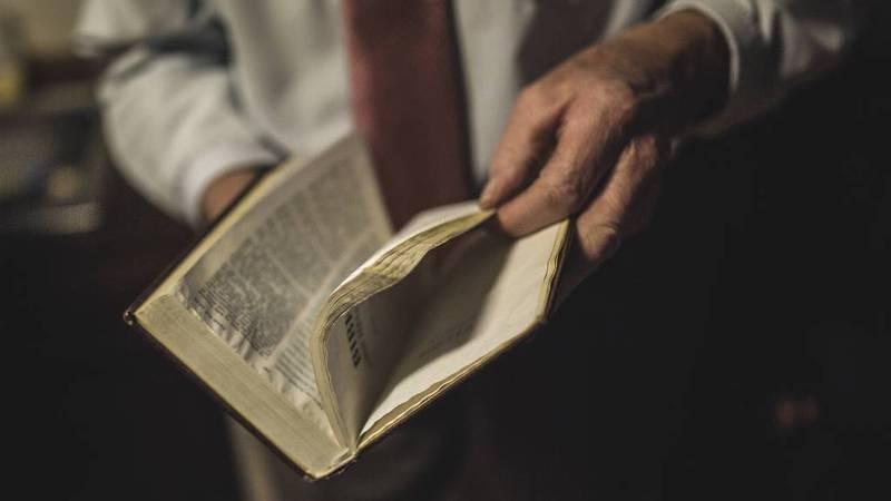 – Vi har en forkynnelse og en forvaltning av sakramentene i DELK, som jeg syntes er uklanderlig, sier Knut Haug. Den eneste boken i huset hans som er mer slitt enn salmeboken, er Bibelen.