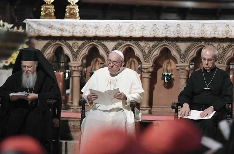Pave Frans (i midten), patriark Bartolomeus I (til venstre) og erkebiskopen av Canterbury, Justin Welby uttrykker bekymring over klimakrisen i en samlet uttalelse. Arkivfoto: Tiziana Fabi / AP / NTB