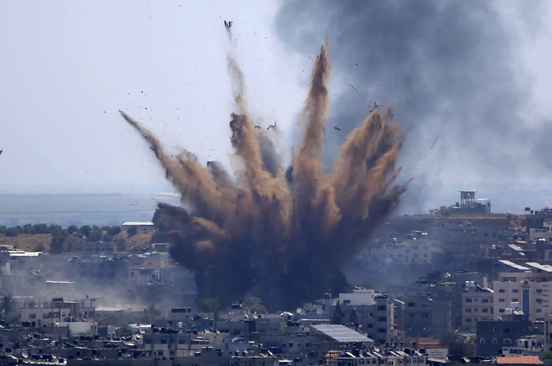 Nye israelske angrep rammet mål i Gaza by torsdag. Målene er ifølge Israel knyttet til Hamas, men mange av dem befinner seg i tett befolkede områder. Foto: Hatem Moussa / AP / NTB