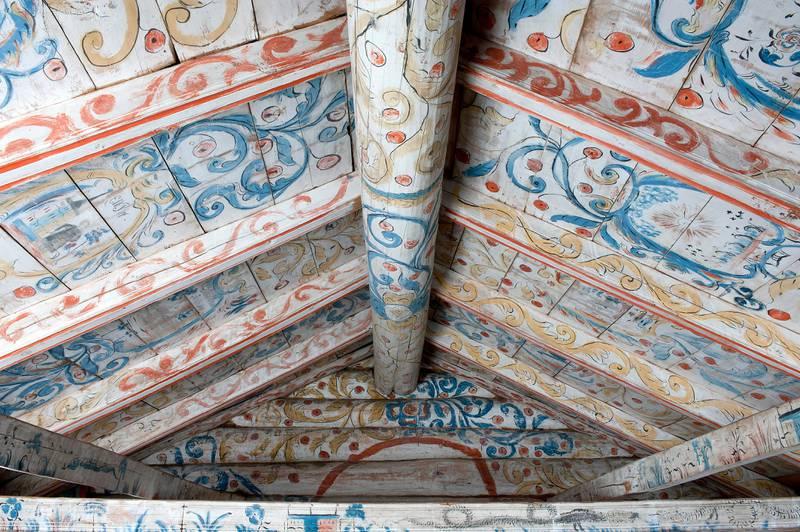 Raungardstugu fra Hol bygdemuseum, malt av Kristen Aanstad rundt 1790. I årene mellom 1750 og 1850 ble det mer vanlig å dekorere norske bygdestuer med fargerike mønstre.