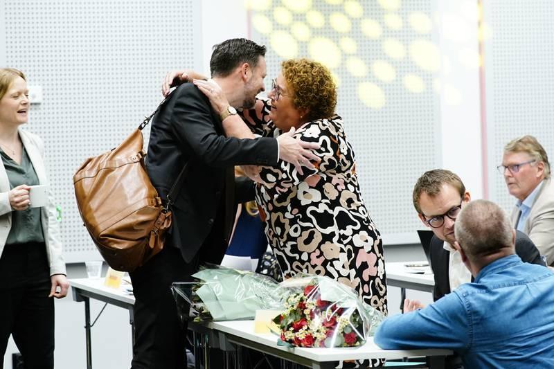 Utviklingsminister Dag-Inge Ulstein gjorde en gjesteopptreden på KrFs landsstyremøte fredag. Her får han en klem av sin potensielle rival til ledervervet, Olaug Bollestad.  Foto: Lise Åserud / NTB