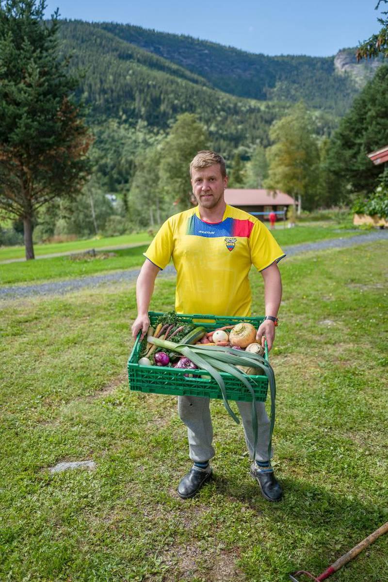 Steinar Holshagen Bjørnestad kommer fra Valdres og har vært melkebonde i tjue år. Etter en dom for underslag bruker han tiden i fengselet på arbeide med jorda og dele kunnskapen med andre fanger.