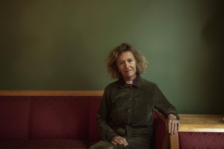Kari Veiteberg fotografert for Vårt Land Forlag ifb. med ny bok der hun besvarer spørsmål hun har fått fra ungdom