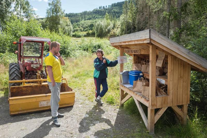 Oddrun Kverneggen er fast kunde på Ærlighetens marked. Hun synes fangene er et positivt innslag i bygda.