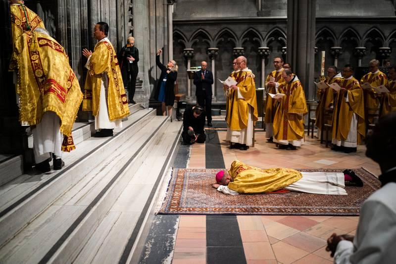 Da Erik Varden la seg flat på kirkegulvet i Nidarosdomen for å bli vigslet til biskop, var det 483 år siden sist det skjedde.