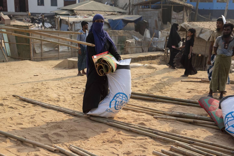 Leiren er rundt 300 kilometer fra hovedstaden Dhaka. Brannen har gjort at mange har mistet hjemmene sine.