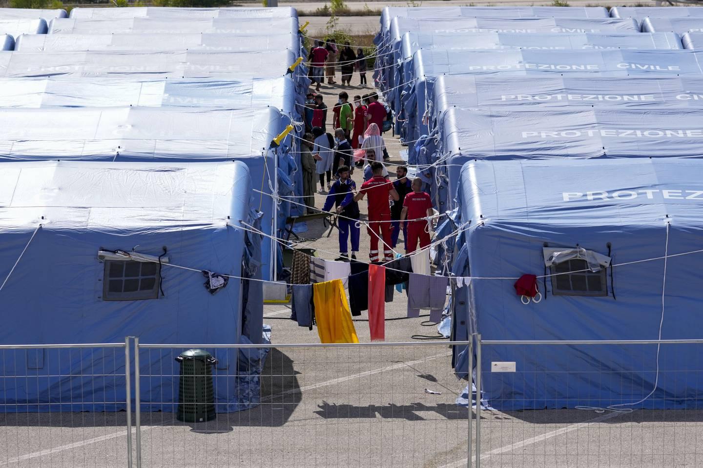 Afghanske flyktninger i en leir satt opp av Røde Kors i Avezzano, Italia. Foto: Andrew Medichini / AP / NTB