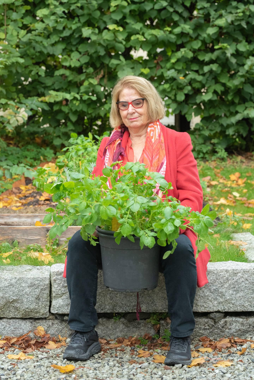"""Portrett av Marianne Berg på hennes hus/gård ved Frogner (Oslo) i forbindelse med sak om hennes bok """"Den fantastiske poteten""""."""