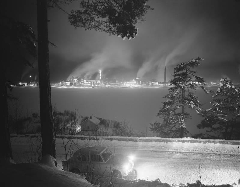 Her¯ya 196010.  Fabrikken  til Norsk Hydro pHer¯ya, eksteri¯r.  Kveldsbilde,  Foto: Aage Storl¯kken / Aktuell / SCANPIX