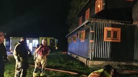 Fann brennbar væske i kjellaren – mistenkjer at Fjågesund kyrkje blei forsøkt påtent