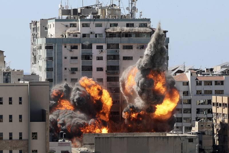 Høyblokka som huset kontorene til nyhetsbyråene AP, AFP og Reuters, samt TV-stasjonen Al Jazeera og en rekke andre medier, ble 15. mai lagt i grus i et israelsk angrep. Foto: AP / NTB