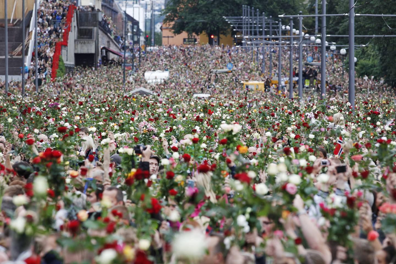 Tre dager etter terroren samlet enorme folkemengder seg på Rådhusplassen i Oslo i rosetog til minne om terrorofrene. Arkivfoto: Erlend Aas / NTB
