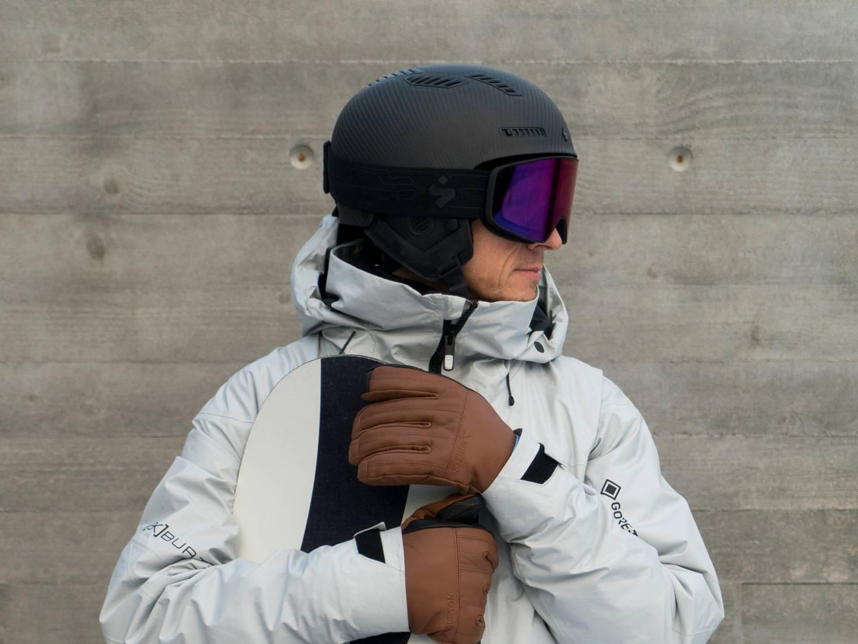KLAR TALE: – Bruk skjorta og spill på lag med menneskerettighetene, sier snowboardkjører Terje Håkonsen til Idrettspresident Berit Kjøll.