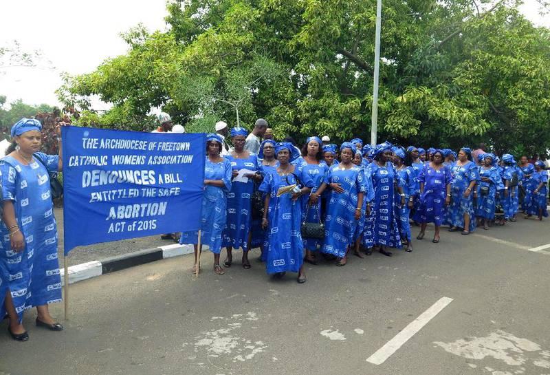 En katolsk kvinneorganisasjon protesterer mot abort i Sierra Leones hovedstad Freetown. Nasjonalforsamlingen vedtok i desember en lov som legaliserer abort, men presidenten nekter å underskrive loven. Religiøse ledere, både kristne og muslimske, ønsker ikke liberaliseringen velkommen.