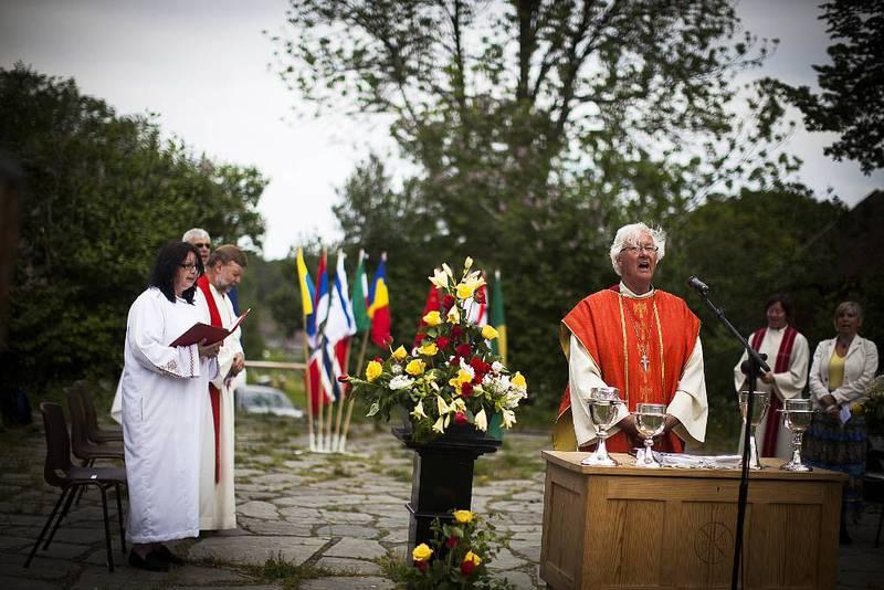 Menigheter i Tønsberg markerer pinsen med fellesgudstjeneste på Slottsfjellet 2. pinsedag. Domprost David Gjerp ledet gudstjenesten i 2012, da dette bildet ble tatt.
