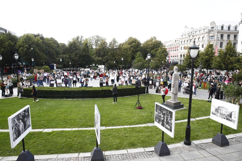 Anslagsvis 200 personer demonstrerte foran Stortinget mandag ettermiddag.