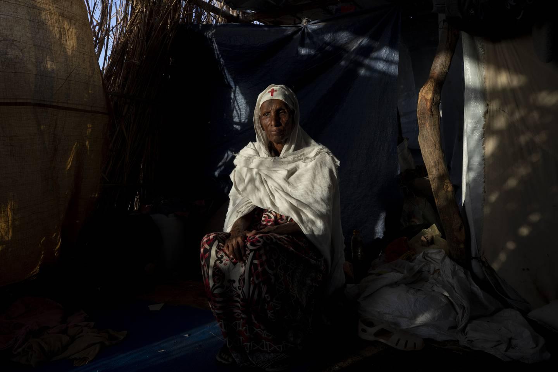 65 år gamle Maza Girmay i Hamdayet, i østlige Sudan nær grensen til Etiopia. Hun sier hun ble nektet mat fra myndighetene fordi hun tilhører tigrayene. Foto: Nariman El-Mofty / AP / NTB