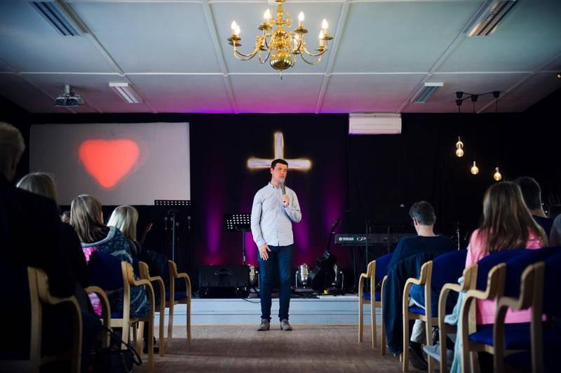 Om lag 300 lokale, selvstendige pinsemenigheter er blant de 800 trossamfunnene som nå får offentlig støtte. Familiekirka på Mørkved i Bodø er en av de nyere menighetene i Pinsebevegelsen. Arne Asmund Nymoen er menighetens pastor.