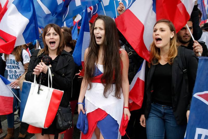 Ifølge sosialantropolog Thomas Hylland Eriksen er en av konsekvensene av «overoppheting» den høyrepopulistiske bølgen som har skylt over Europa de siste årene. Bildet viser franske demonstranter som støtter det høyrepopulistiske partiet Front National.