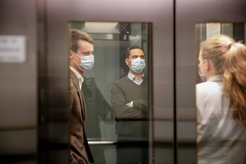 Oslo 20201115.  Mudassar Kapur (H)  leder av finanskomiteen og Tore Storehaug (Krf) (t.v.) i heisen  under budsjettforhandlinger og forhandlinger om krisepakke på stortinget søndag kveld. Foto: Vidar Ruud / NTB