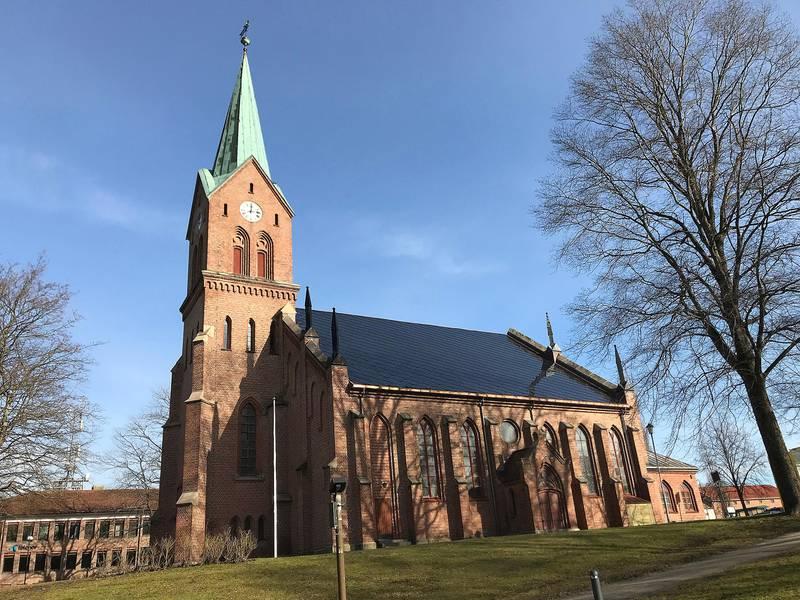 Sarpsborg kirke med nytt solcelletak.